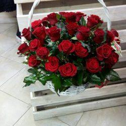 Фото товару 51 червона троянда у білому кошику