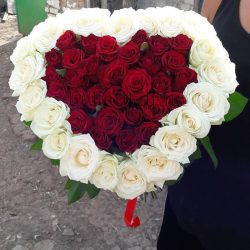 Фото товару 51 троянда серцем із білим обідком