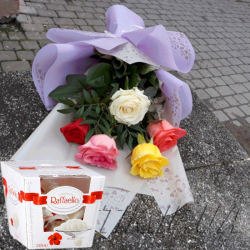 """Фото товару 5 троянд мікс і """"Raffaello"""""""