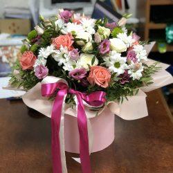 """Капелюшна коробка """"Таємнича красуня"""" мікс квітів"""