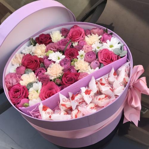 квіти та цукерки в капелюшній коробці фото