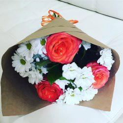 """Букет """"Презентик"""" троянди та хризантеми"""