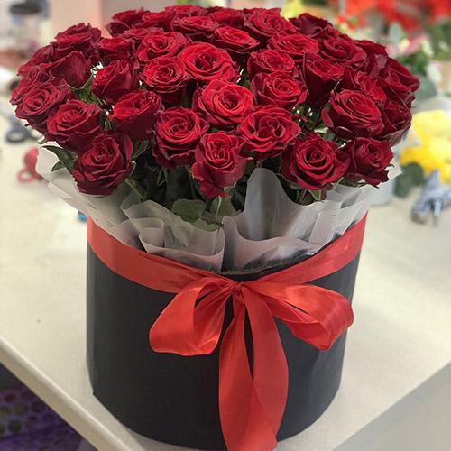 фото букета 51 червона троянда в капелюшній коробці
