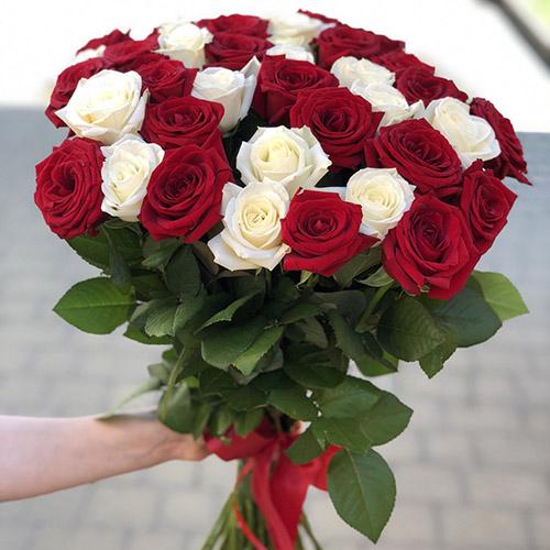 букет 33 троянди червоні та білі фото