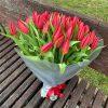 букет 49 червоних тюльпанів