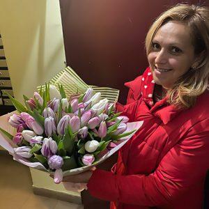 вручення букета тюльпаныв в Івано-Франківську
