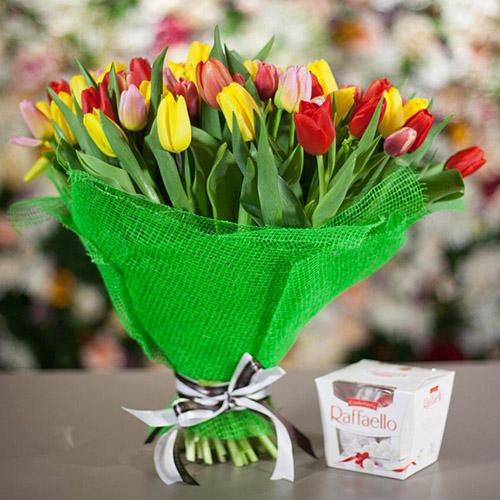 """45 тюльпанів """"Сузір'я"""" та """"Raffaello"""" фото"""