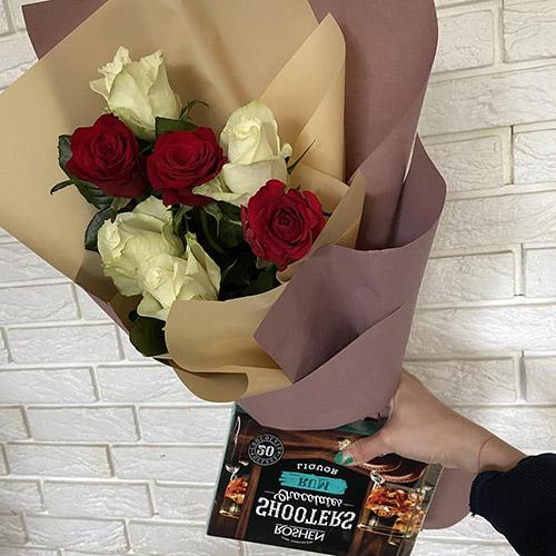 7 червоних і білих троянд із цукерками фото