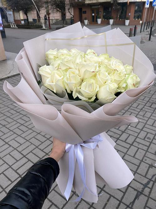 фото букета білі троянди