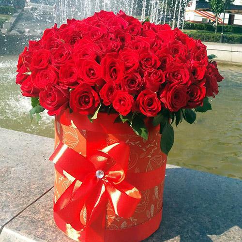 букет 101 червона троянда в коробці