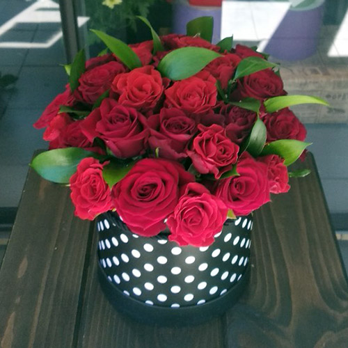 33 червоні троянди в капелюшній коробці